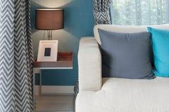 färgrika kuddar på den moderna soffan i modern vardagsrum Arkivbilder