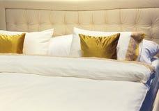 Färgrika kuddar på hotellsäng Royaltyfri Fotografi