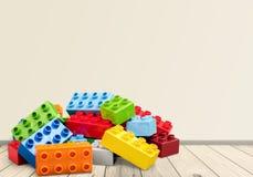Färgrika kvarter för leksak på trätabellen Royaltyfri Foto