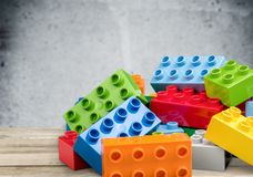 Färgrika kvarter för leksak på trätabellen Royaltyfria Bilder