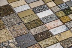 Färgrika kvarts-, marmor- och granitkökcountertops Arkivfoto