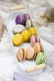 Färgrika läckra franska nya macrons Royaltyfria Bilder