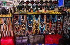Färgrika läderpåsar och halsband, arabisk hemslöjdtillbehör, Sidi Bou Said Market Arkivbilder