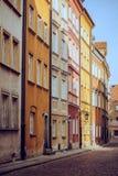 Färgrika lägenhethus i en gränd i gammal stad Royaltyfri Fotografi