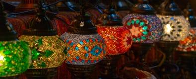 Färgrika lampor på basaren royaltyfri bild