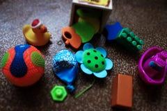 Färgrika leksaker på golvet Arkivfoton