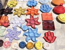 Färgrika lergods för Djerba marknad, arabisk krukmakeri fotografering för bildbyråer