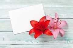 Färgrika liljablommor och hälsningkort Arkivbilder
