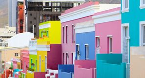 Färgrika ljusa byggnader i den historiska Bo-Kaap eller det malajiska fjärdedelområdet royaltyfri fotografi
