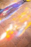 Färgrika ljusa fläckar på golvet i kyrka Arkivfoto