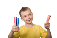 färgrika lyckliga hållmarkörer för pojke Royaltyfri Fotografi