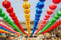 Färgrika lyktor för Buddha& x27; s-födelsedag i Donghwasa, Daegu, Korea arkivbild