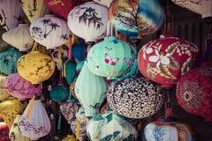 Färgrika lyktor fördelade ljus på den gamla gatan av Hoi An Ancie arkivfoto