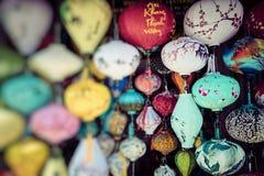 Färgrika lyktor fördelade ljus på den gamla gatan av Hoi An Ancie fotografering för bildbyråer