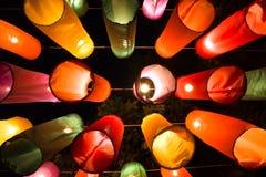 Färgrika lyktor i natten royaltyfri bild