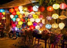 Färgrika lyktor på marknadsgatan av Hoi An Fotografering för Bildbyråer