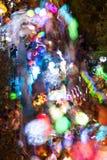 Färgrika lyktor rörelse somsuddighet som folk går i natt, ståtar Fotografering för Bildbyråer