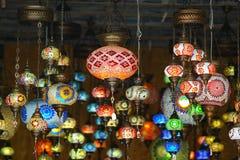 färgrika lyktor sålde på marknaden i Heraklion fotografering för bildbyråer