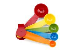 färgrika mätande skedar arkivfoton