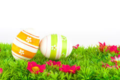 Färgrika målade easter ägg som lokaliseras på en äng med blommor Royaltyfri Fotografi
