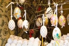 Färgrika målade påskägg på trädet Fotografering för Bildbyråer