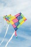 Färgrika mång--färg drakar som flyger i blå himmel Royaltyfria Bilder