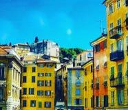 Färgrika mångfärgade fasader av hus i mitten av Nice, i den gamla staden solig ljus dag Franska Riviera, azurkust, Fra Arkivfoto