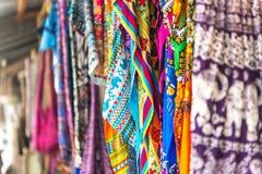 Färgrika mönstrade sjalar och tyg på Zanzibar marknadsför Royaltyfri Fotografi