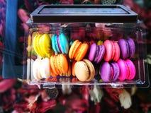 Färgrika Macaron i kafét Amezon Thailand Arkivfoto