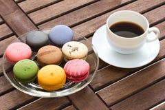 Färgrika macarons med svart kaffe Arkivfoton