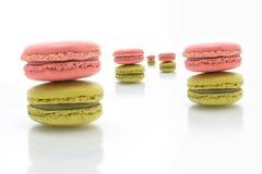 Färgrika macarons på vit bakgrund Macaron är söta Arkivfoton