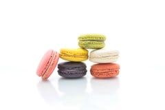 Färgrika macarons på vit bakgrund Macaron är söta Royaltyfria Bilder