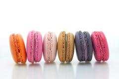 Färgrika macarons på vit bakgrund Macaron är söta Arkivbild