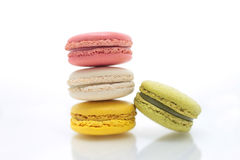 Färgrika macarons på vit bakgrund Macaron är söta Royaltyfri Fotografi
