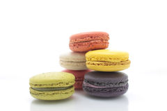 Färgrika macarons på vit bakgrund Macaron är söta Fotografering för Bildbyråer