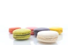 Färgrika macarons på vit bakgrund Macaron är söta Arkivbilder