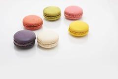 Färgrika macarons på vit bakgrund Macaron är söta Arkivfoto