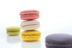 Färgrika macarons på vit bakgrund Macaron är söta Royaltyfri Foto