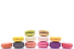 Färgrika macarons på vit bakgrund Macaron är söta Royaltyfri Bild