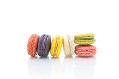 Färgrika macarons på vit bakgrund Macaron är söta Royaltyfria Foton