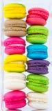 Färgrika Macarons som sätts i plast- packe fotografering för bildbyråer