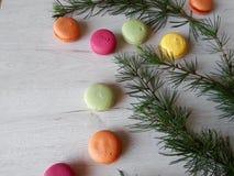 färgrika macaroons Arkivfoto