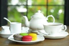 Färgrika Macaroons med Tea kuper Royaltyfri Fotografi