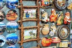 Färgrika magnetsouvenir i marknad i Almaty, Kasakhstan Royaltyfria Foton