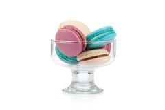 Färgrika makron i en isolerad glass vas fotografering för bildbyråer