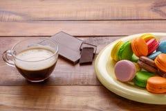 Färgrika makron, kopp av coffe, chokladstång Royaltyfri Fotografi