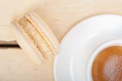 Färgrika makron med espressokaffe Arkivfoto