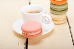 Färgrika makron med espressokaffe Arkivbilder