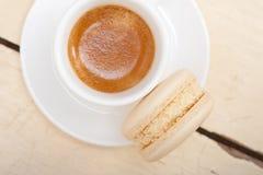 Färgrika makron med espressokaffe Arkivbild