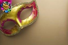 Färgrika mardigras eller carnivalemaskering på en guld- bakgrund maskerar venetian Top beskådar Royaltyfri Fotografi